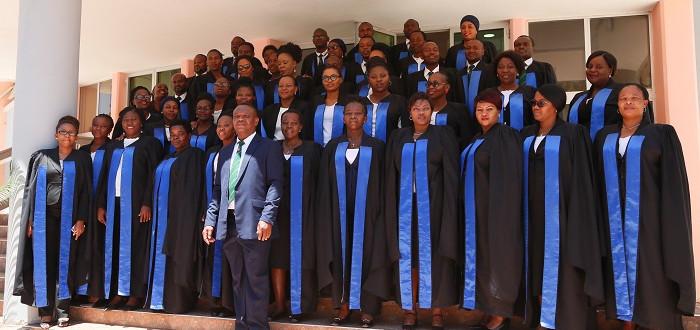 Wanakwaya wa Bunge wakiwa katika picha ya pamoja nje ya ukumbi wa Msekwa katika viwanja vya Bunge Jijini Dodoma.