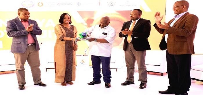 Spika wa Bunge, Job Ndugai (katikati) akizindua kongamano la siku mbili lenye ajenda ya mtoto njiti 2021 katika hoteli ya Nashera Jijini Dodoma, Septemba 11, 2021